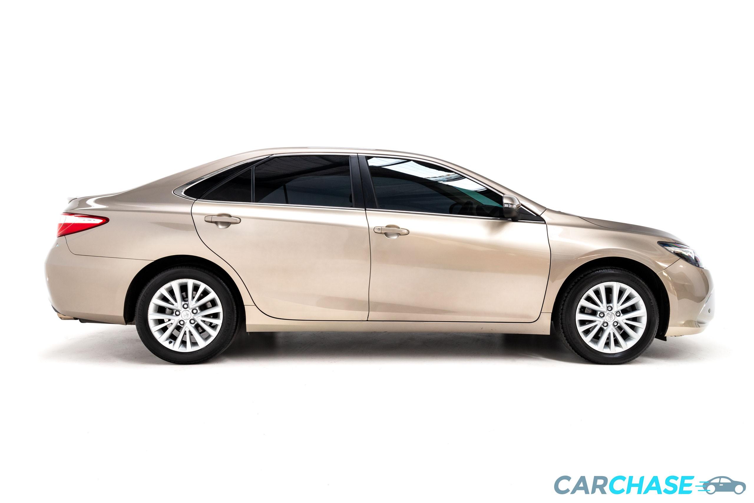 Image of right profile of 2015 Toyota Camry Atara SL